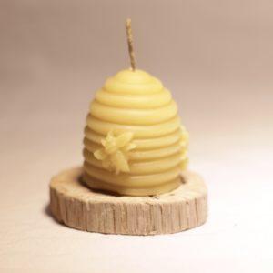 bougie en cire d'abeille posée sur une rondelle de bois
